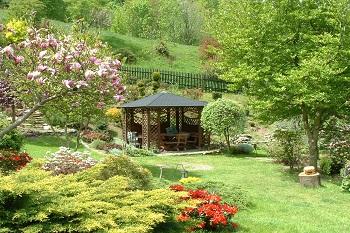 Wypoczynek nieopodal Karpacza Sudecka Chatka Gruszków, widok na ogródek z altanką Sudecka Chatka Gruszków